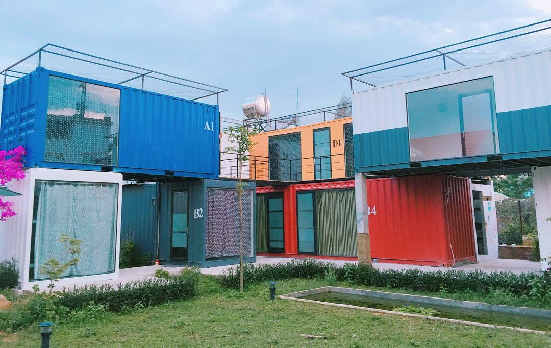 Toàn cảnh khu khách sạn được làm từ những thùng Container.