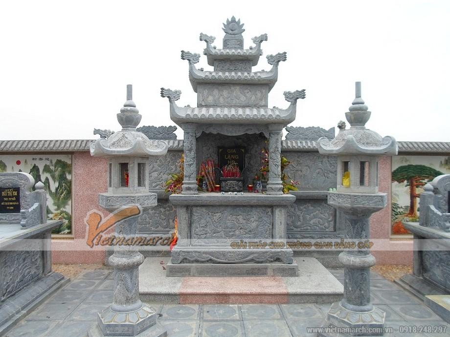 lăng mộ đá với lầu thờ 12 mái được trạm trổ hoa văn rồng phượng