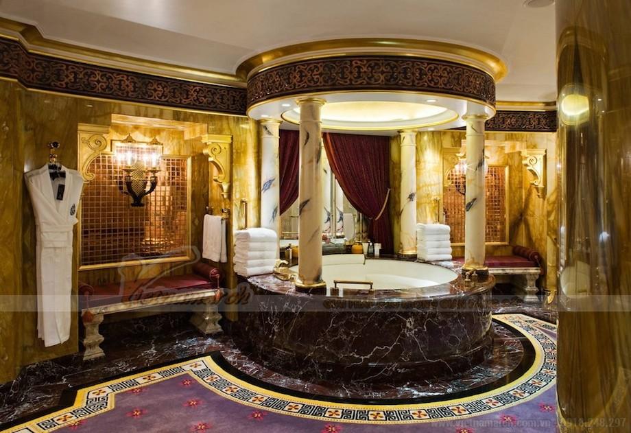 Nhà tắm được dát vàng sang trọng quý phái