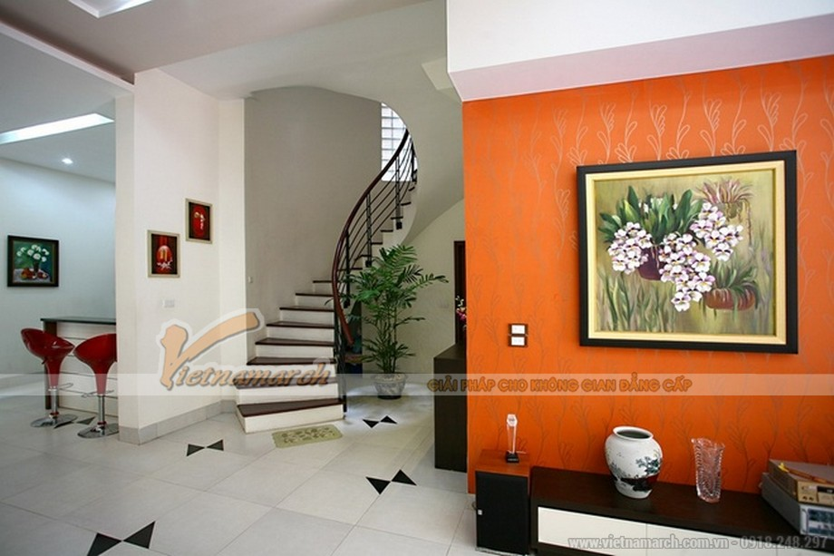 Điểm xuyến là những bức tranh sơn mài đầy màu sắc làm sáng rực cho căn hộ phòng khách biệt thự Hoa Anh Đào