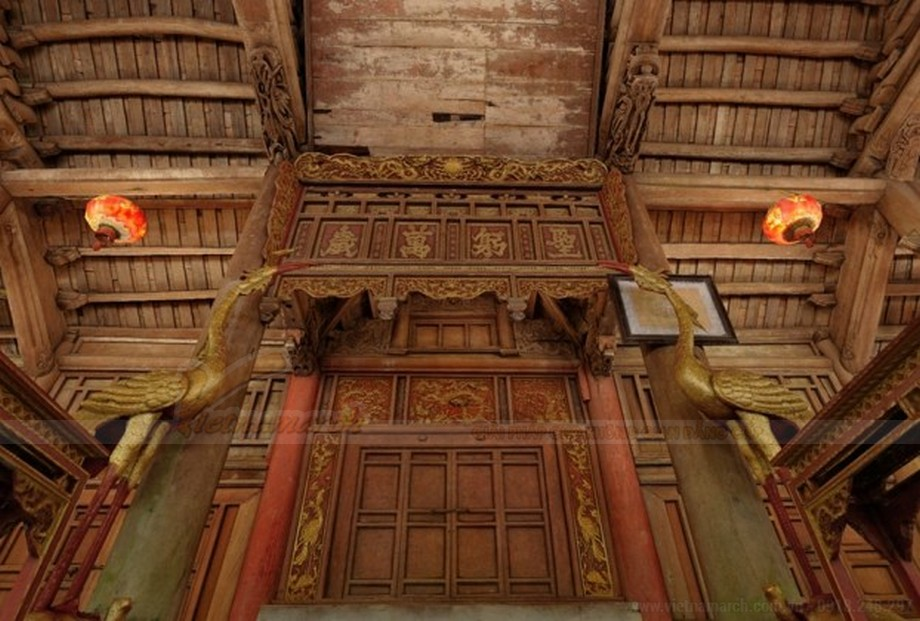 Nột thất bên trong đều được chạm trổ và dát vàng