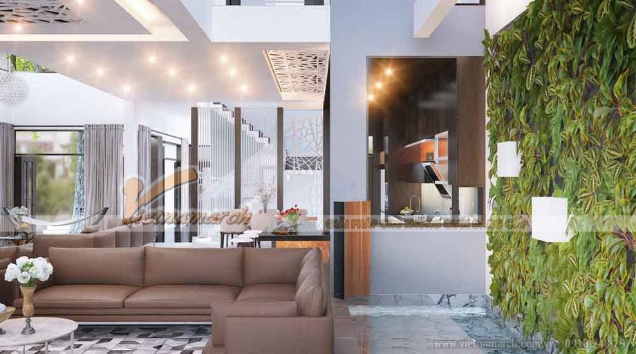 Phòng khách rộng và thoáng, thêm mảng màu xanh trên bức tường với giàn cây dây leo