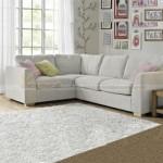 Mẫu ghế sofa vải nỉ mềm mại, màu ghi sáng phù hợp cho những phòng khách Scandinavian