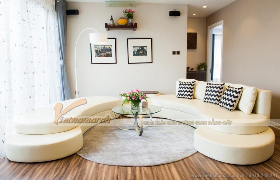 Phòng khách được thiết kế nhẹ nhàng sàn gỗ và sofa màu kem
