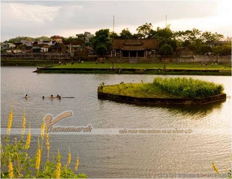 mặt hồ nước trong xanh trước đình làng.