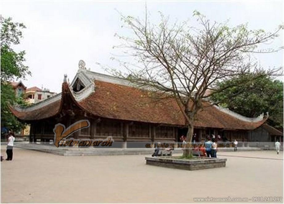 sân đình được xây dựng rất rộng làm chỗ tụ họp của dân làng.