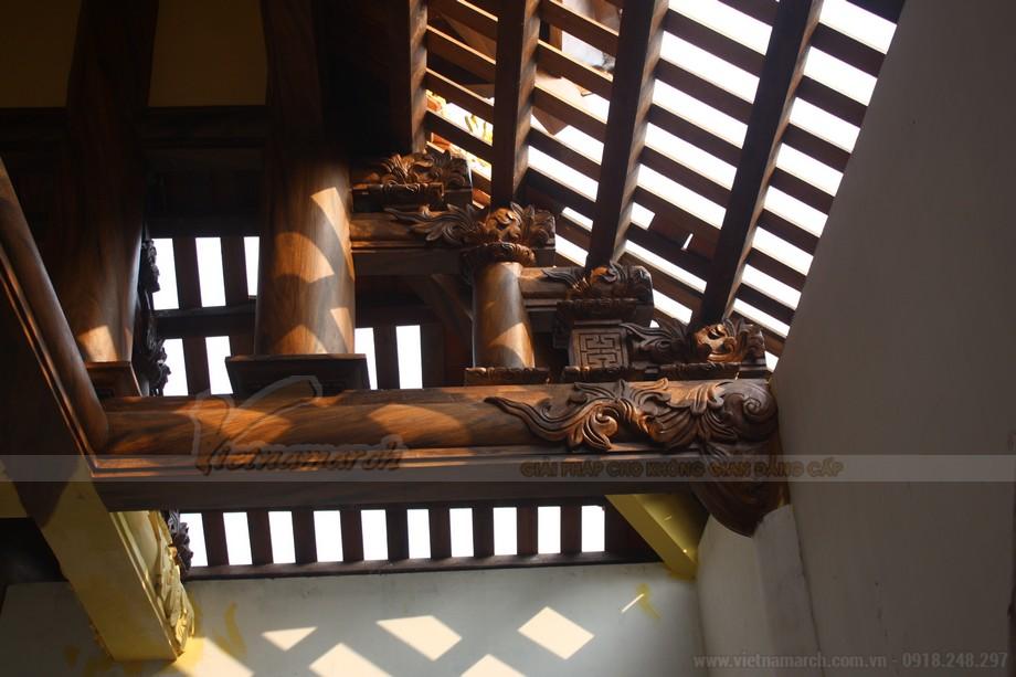 Quá trình sơn giả gỗ phần cột kèo được thực hiện hết sức cẩn thận