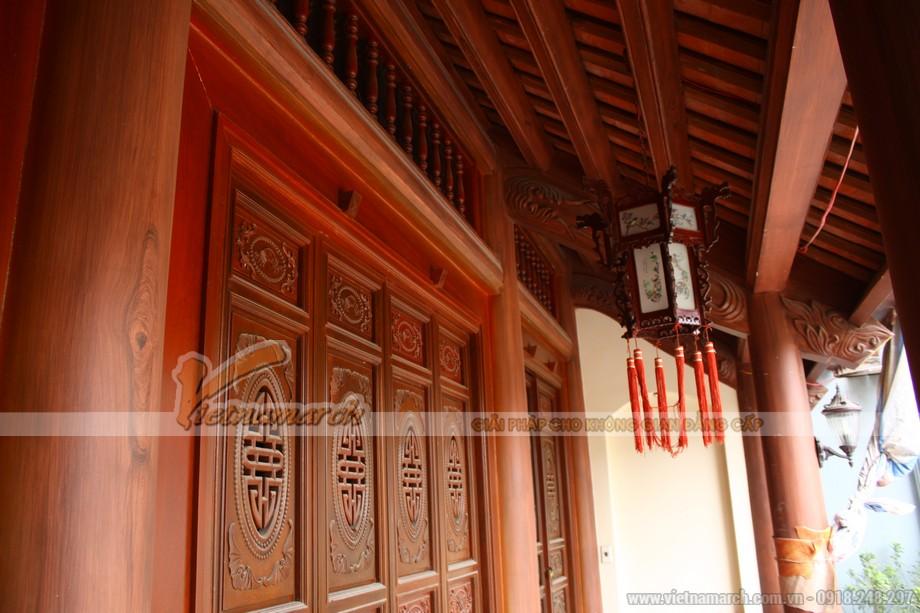 Trang trí trên cửa ra vào bằng gỗ lim