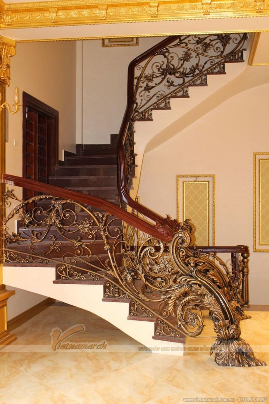Cầu thang lên tầng được làm bằng gỗ và đồng đúc mạ vàng