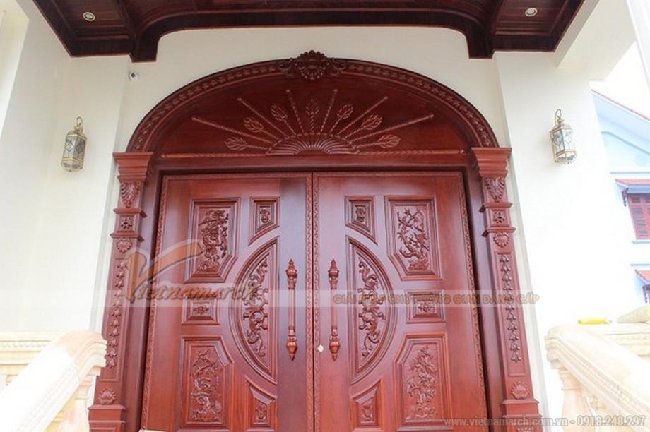 Cửa gỗ lim nhập khẩu từ nước ngoài với những trạm khắc hoa văn đục đẽo rất tinh tế.