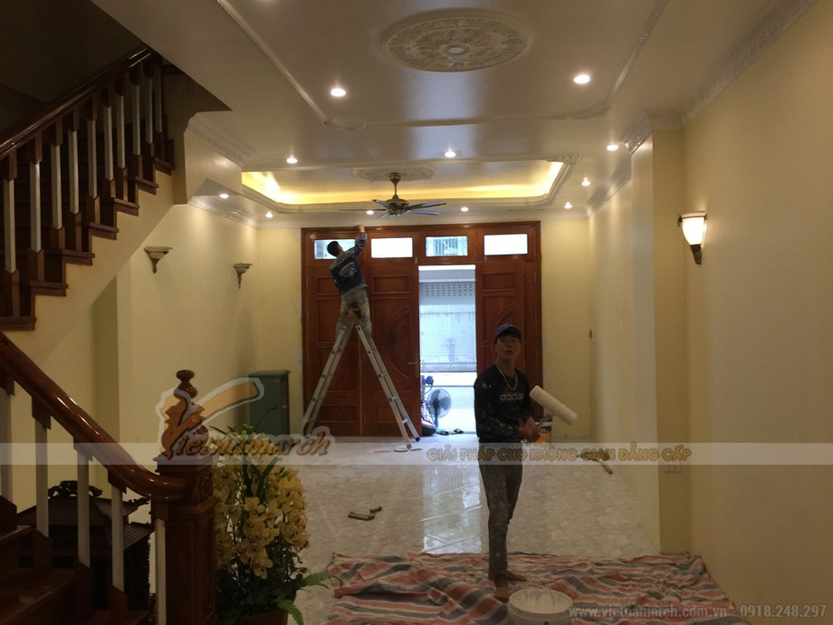 Đội thợ thi công Vietnamarch đang tiến hành hoàn thiện hệ trần thạch cao cho ngôi biệt thự