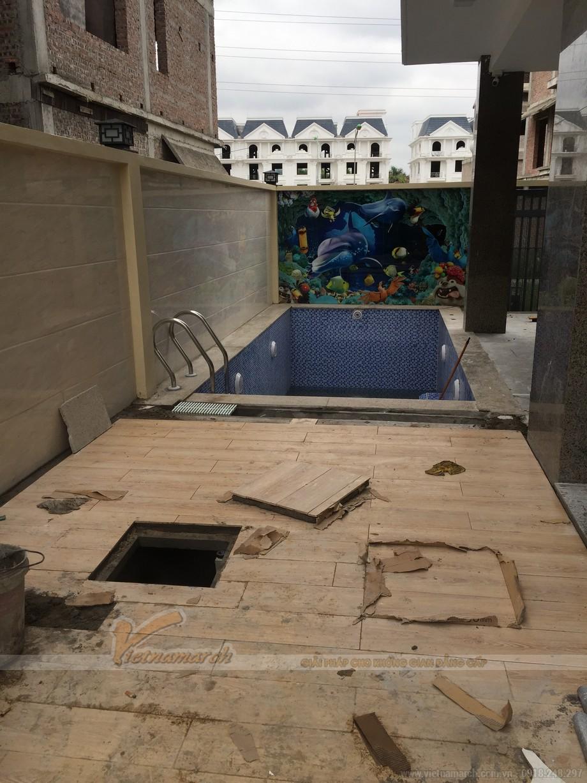 Khu bể bơi nằm phía sau ngôi nhà cũng đang được hoàn thành