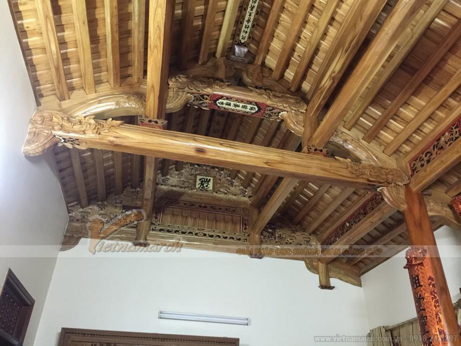 Hệ thống cột, kèo mái của ngôi nhà thờ làm từ gỗ và bê tông
