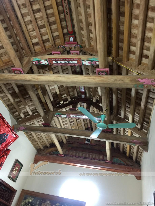Mái của ngôi nhà thờ có kết cấu làm từ gỗ và bê tông