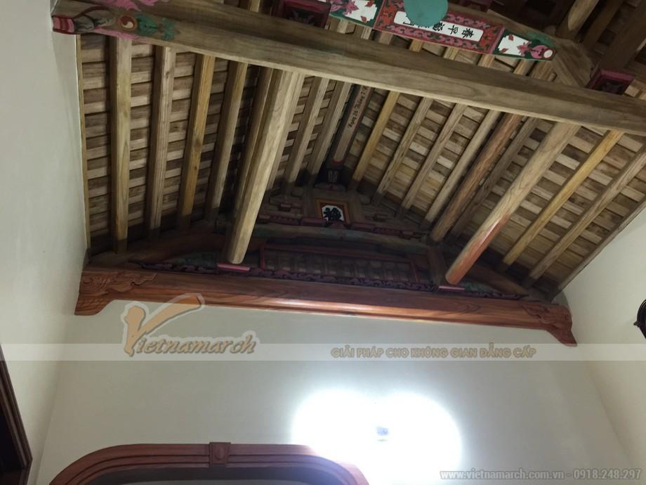 Hệ thống cột, kèo mái của ngôi nhà thờ có kết cấu làm từ gỗ và bê tông