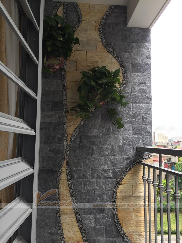 Mảng tường đầy nghệ thuật ở ban công của căn hộ
