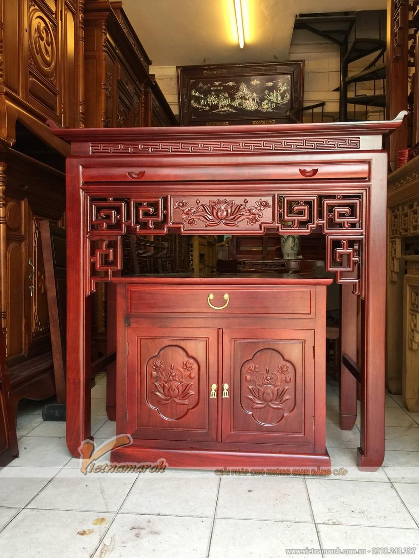 Mẫu bàn thờ hiện đại với hoa văn trang trí truyền thống.