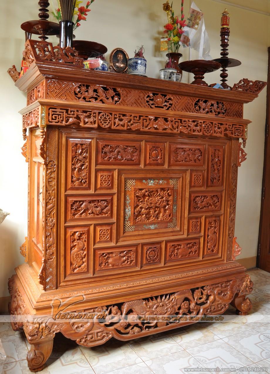 Mẫu tủ thờ gỗ dổi được chạm trổ cầu kì, thể hiện sự uy nghiêm cho phòng thờ