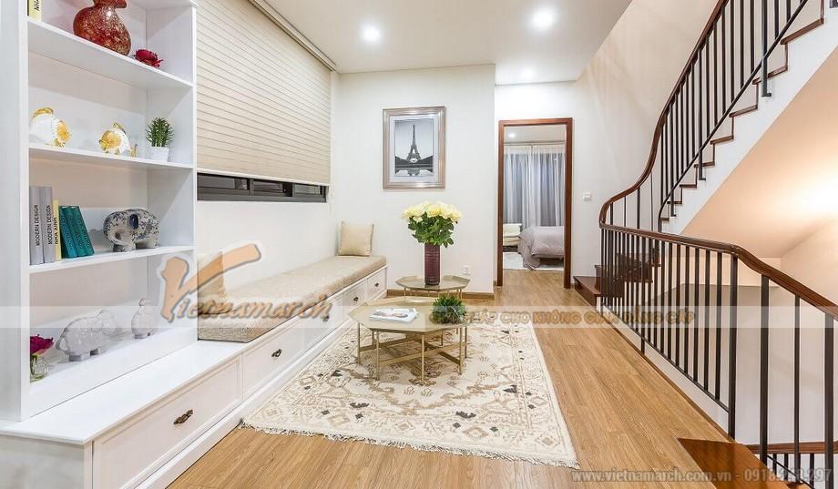Phối cảnh sảnh tầng 2 căn hộ mẫu biệt thự Vinhomes Thăng Long với ghế nghỉ dài và bàn trà độc đáo