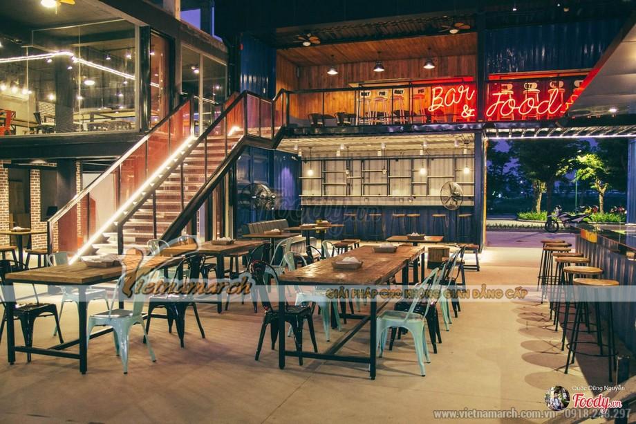 Không gian bên trong nhà hàng được thiết kế từ container khá rộng rãi