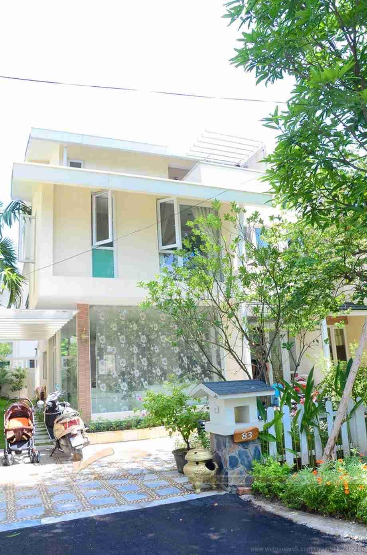 Căn biệt thự nổi bật với tông nền trắng giữa lòng thủ đô Hà Nội