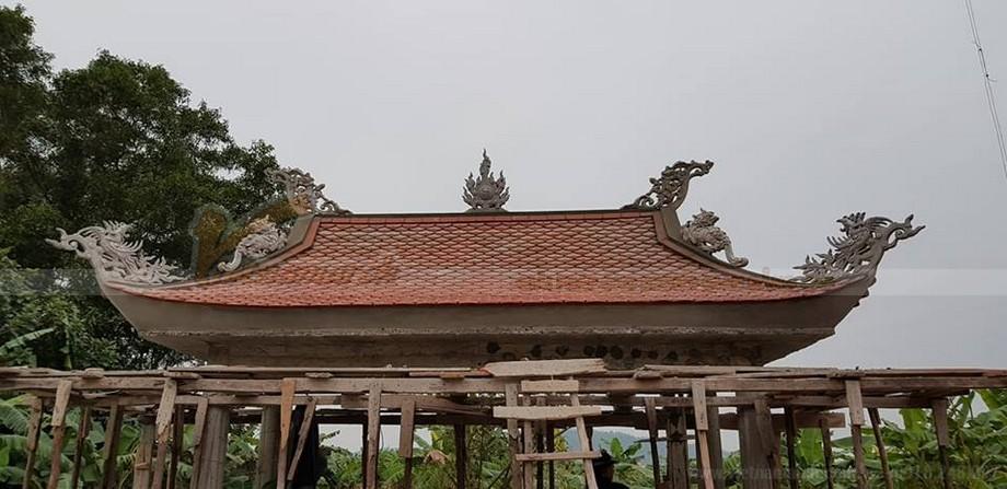 Thi công đắp trát hoa văn trang trí trên phần mái của một công trình tâm linh