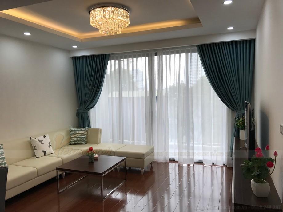 Phòng khách thoáng và rộng với thiết kế logia cửa kính lớn.