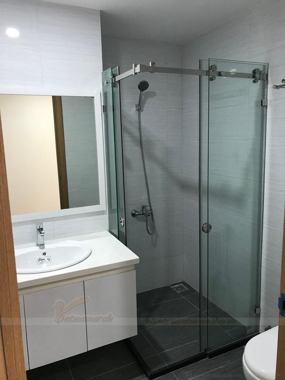 Phòng tắm sử dụng nội thất cao cấp và có thiết ké vách tắm kính hiện đại.