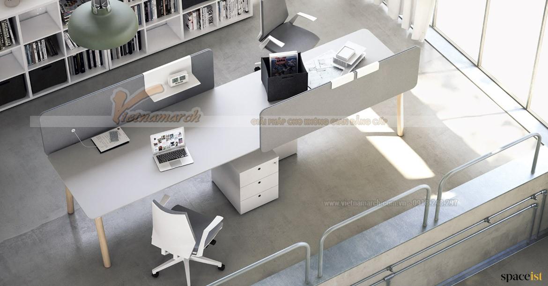 Không gian hẹp được khắc phục bởi bộ bàn ghế văn phòng sắp xếp trải dài