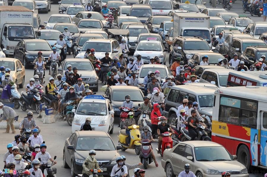 Ô tô chen chúc trên đường phố Hà Nội