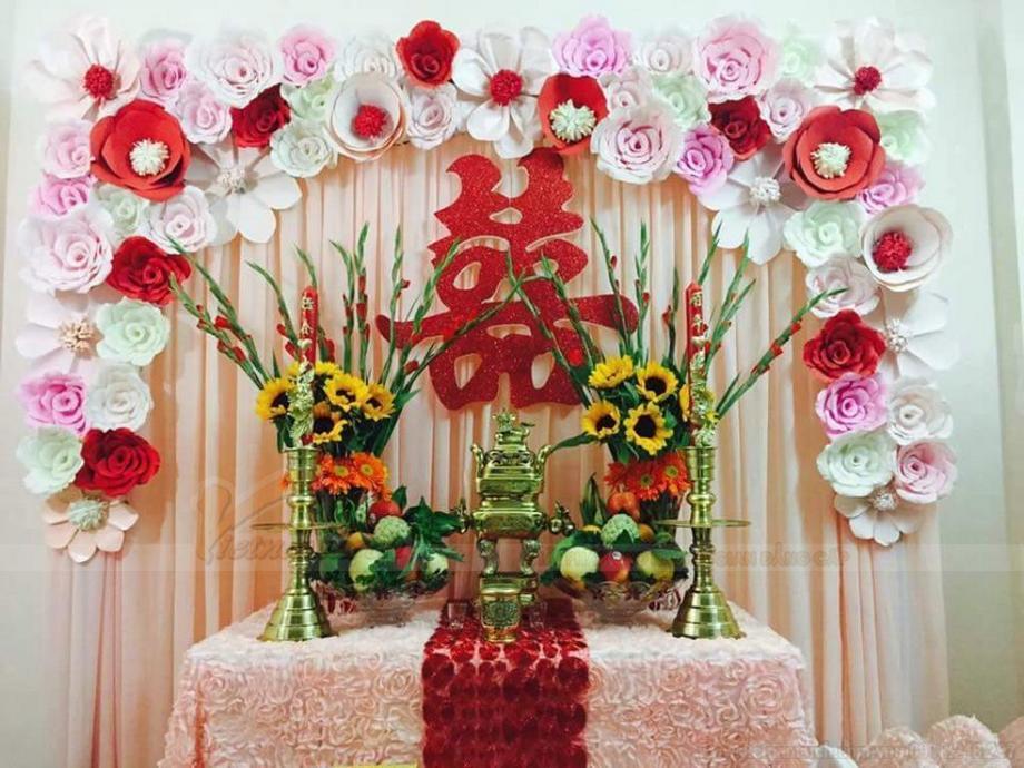 Những lưu ý cắm hoa được áp dụng trong việc trang trí bàn thờ ngày ăn hỏi.