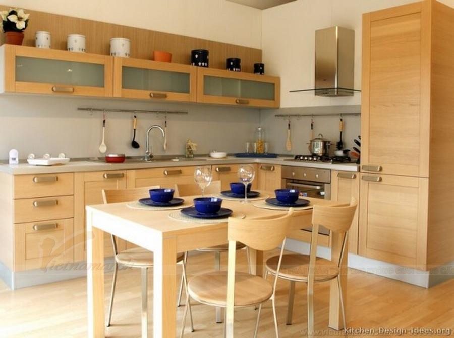 Một kiểu thiết kế tủ bếp hình chữ L bằng gỗ kết hợp với bộ bàn ăn ton-sur-ton với tủ bếp