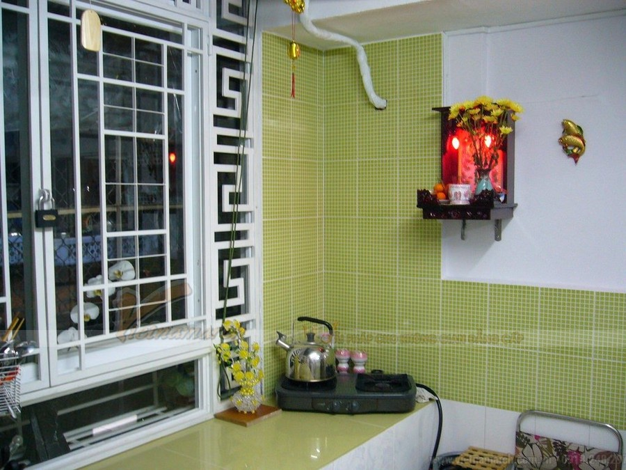 Mẫu tủ bếp có bàn thờ ông táo và gợi ý cách bố trí bàn thờ bếp