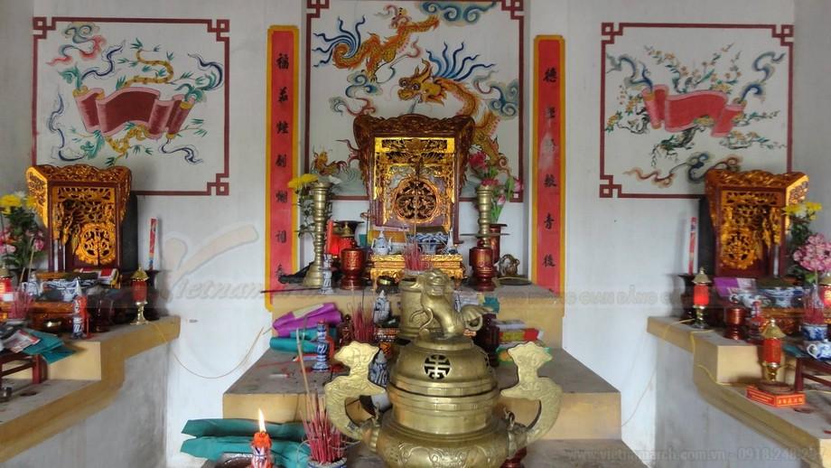 Hai bên gian thờ phụ cũng đặt bàn thờ