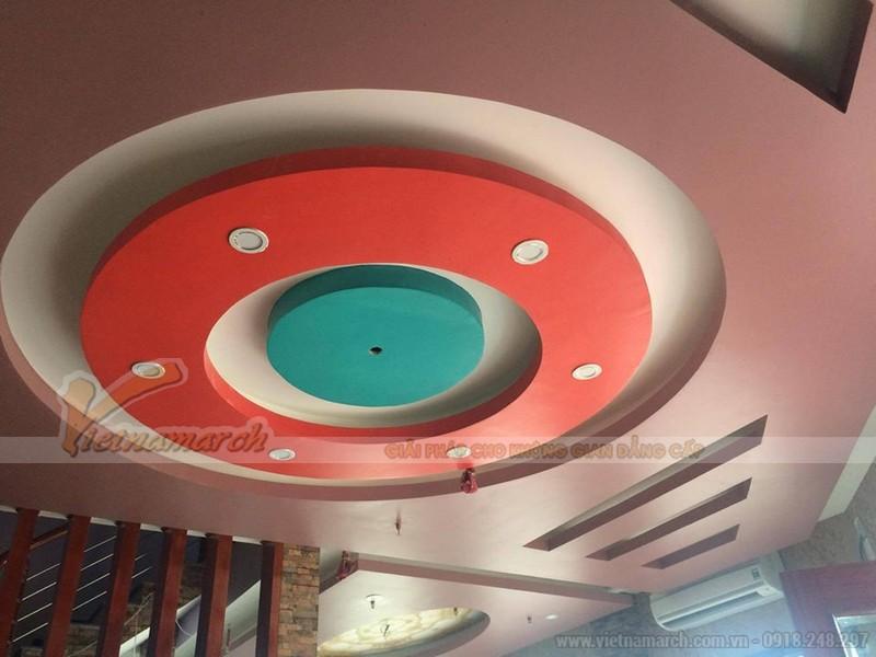 thiết kế phối màu trần nhà thạch cao phòng khách cầu kỳ với các đường tròn đồng tâm