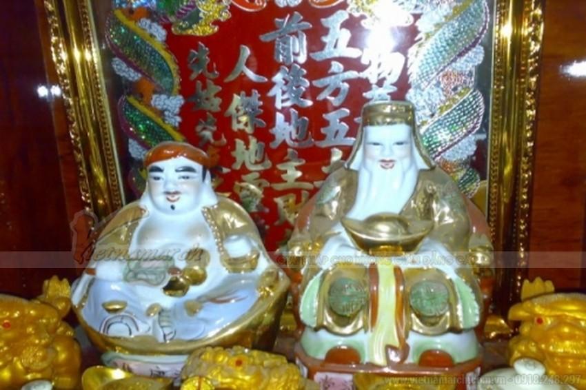 Thần Tài - Ông Địa là một cặp 2 ông thần được thờ trong một tủ thờ, đặt ở dưới đất. Tủ Thần Tài - Ông Địa đa số được làm bằng gỗ và thường đặt hướng thẳng ra phía cửa nhà,
