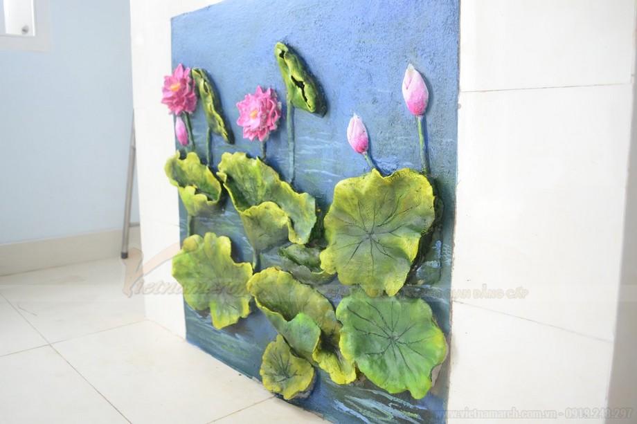 Bức tranh hoa sen và đầm lá xanh trên nền nước xanh mượt