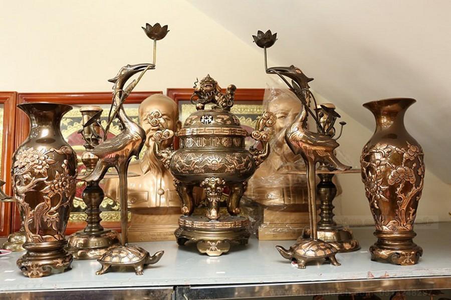 Vật trang trí trên bàn thờ