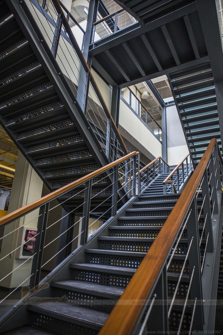 Thiết kế cầu thang ấn tượng trong văn phòng đẹp