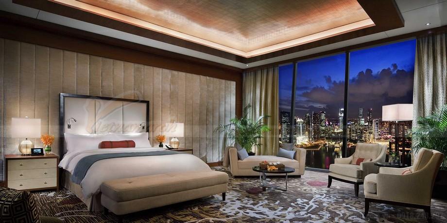 Phòng ngủ cảu phòng tổng thống đi kèm với3 ban công có tầm nhìn đẹp và thoáng