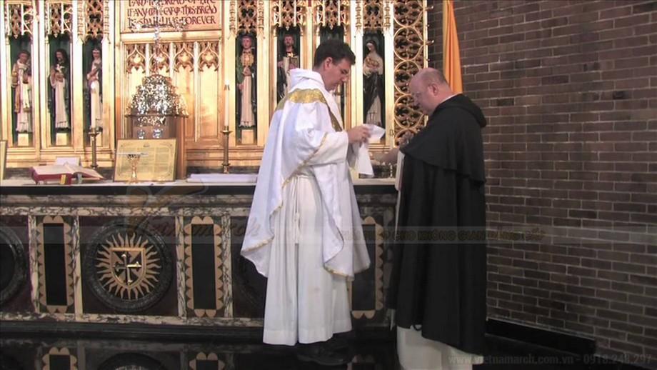 Mơ thấy vị linh mục xuất hiện trên bàn thờ