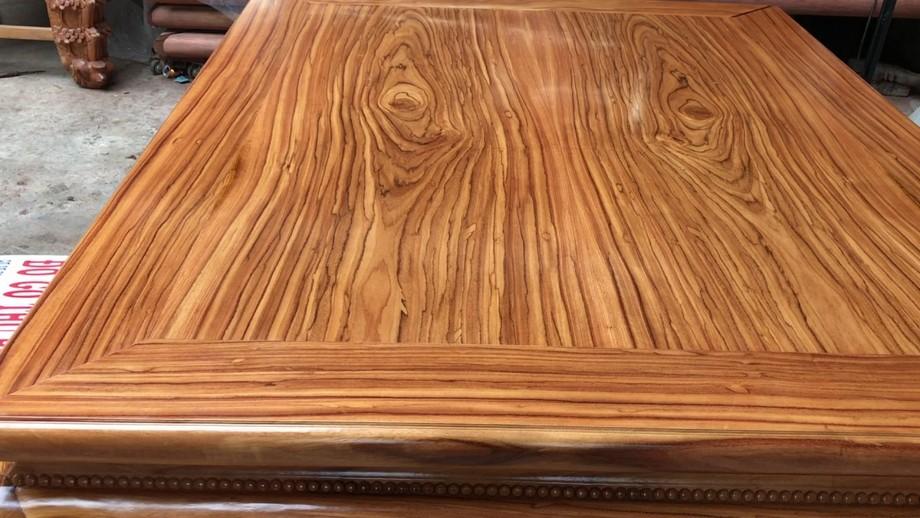 So sánh bàn thờ làm bằng gỗ hương và gỗ gõ đỏ loại nào tốt hơn?