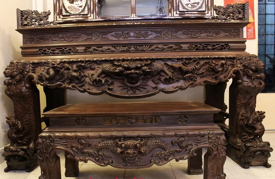 Bàn thờ hổ phù được sơn màu nâu đen sang trọng