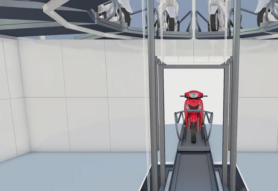 xe máy lúc này đứng trên một hệ thống pallet trượt có kích thước vừa với mọi loại xe