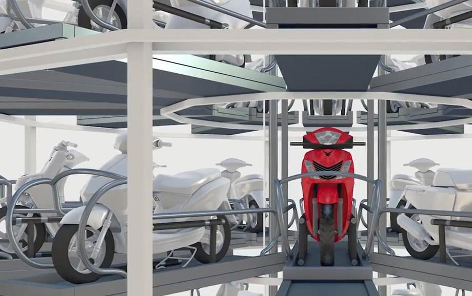Khi đến vị trí phù hợp xe máy sẽ được pallet vận chuyển và gửi đến đúng vị trí đó. Bên cạnh là các vị trí xe khác.