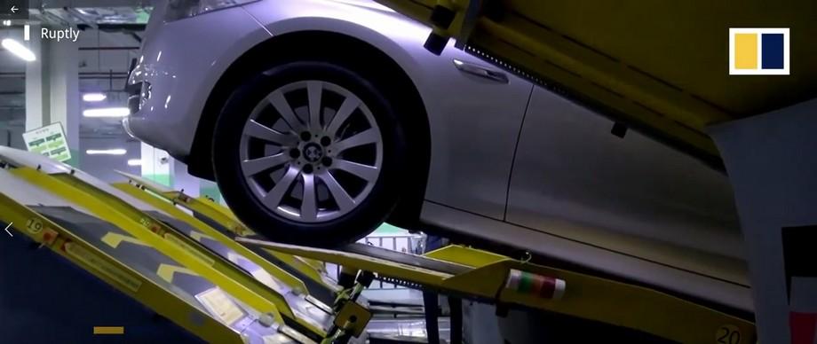 Bánh xe được giữ và bám chắc chắn trên nền sàn