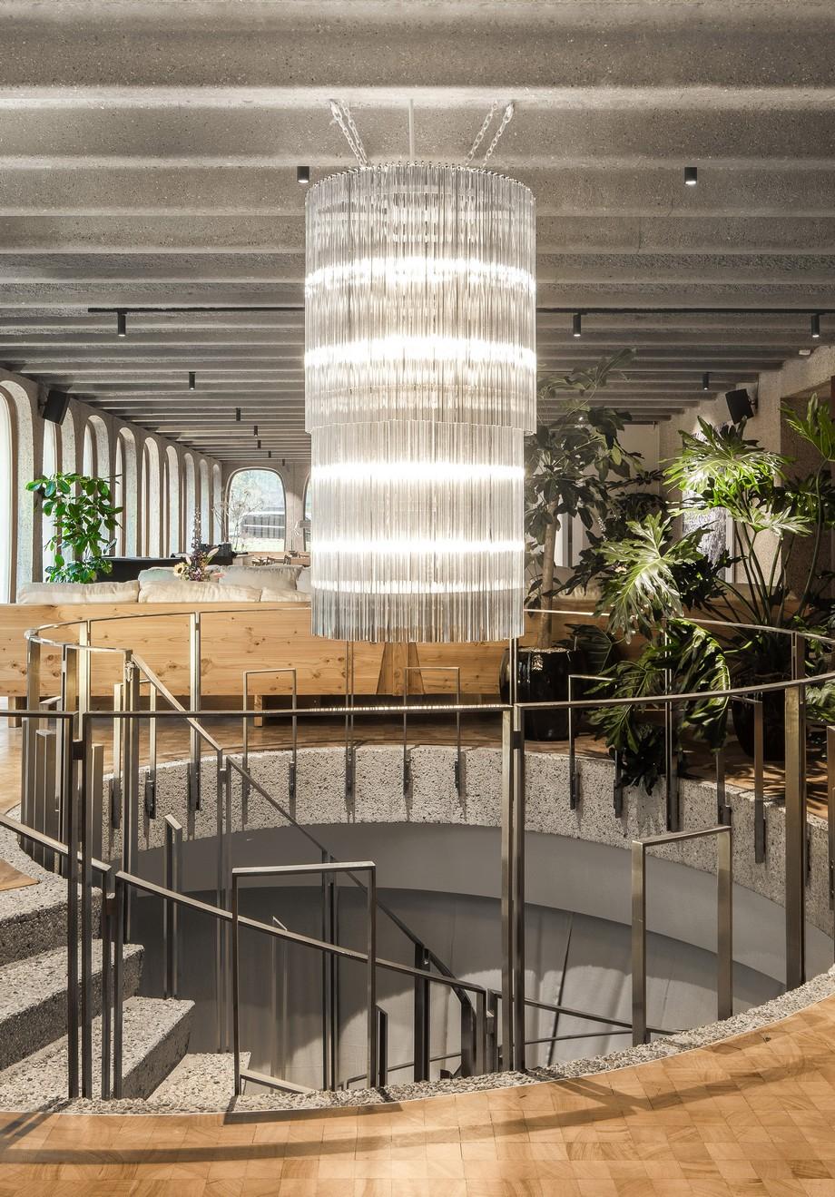 Thiết kế đèn chùm khổng lồ ấn tượng , thả dài từ trên đỉnh nhà xuống là điểm nhấn thú vị cho không gian này.