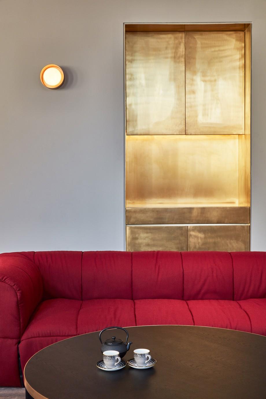 Một khu vực làm việc khá riêng tư với cánh cửa cùng được làm bằng chất liêu gỗ sồi màu vàng nhạt