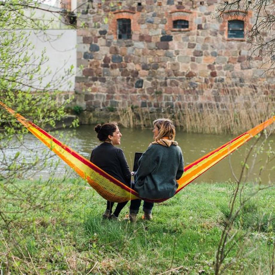 Điểm làm việc cũng như nghỉ ngơi lý tưởng trên chiếc võng, phía trước là dòng sông