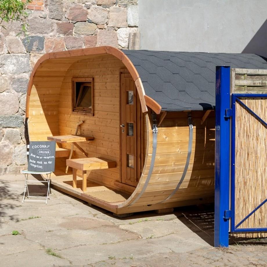 Phòng tắm hơi ngoài vườn bằng gỗ được thiết kế hình bầu dục độc đáo